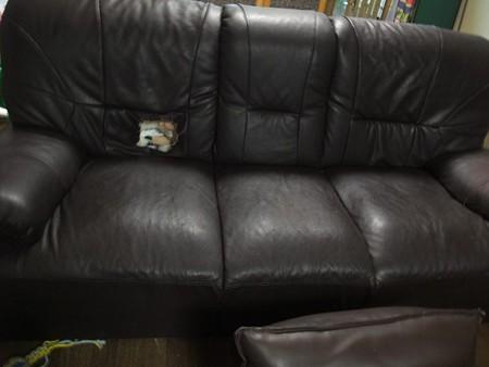 左側のソファー