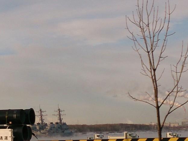 気嵐の中に浮かぶ米駆逐艦