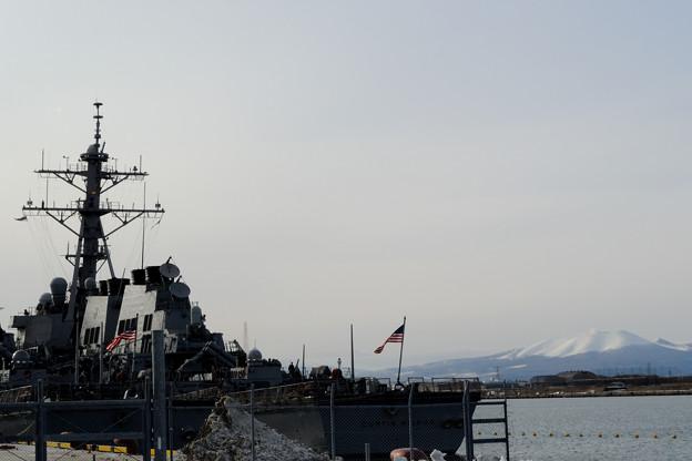 樽前山と米イージス艦