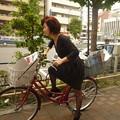 夏の暑さにも負けず、自転車でポスティングに向かう社長