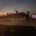 写真: 夜景の中を出港2!
