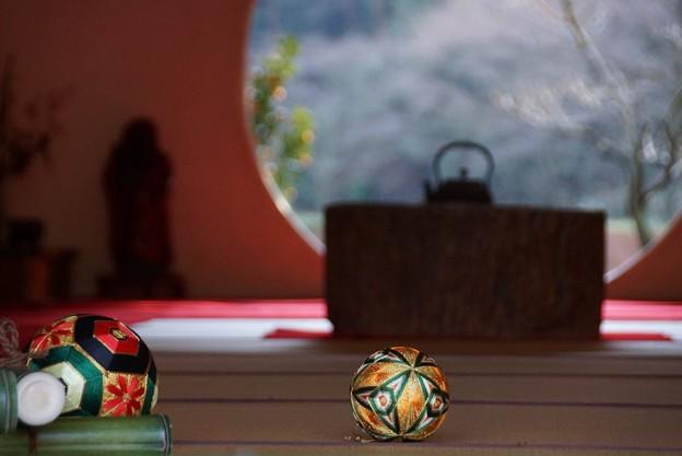 写真: 手毬と丸窓風景!140101