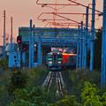 夕陽を浴びる電車