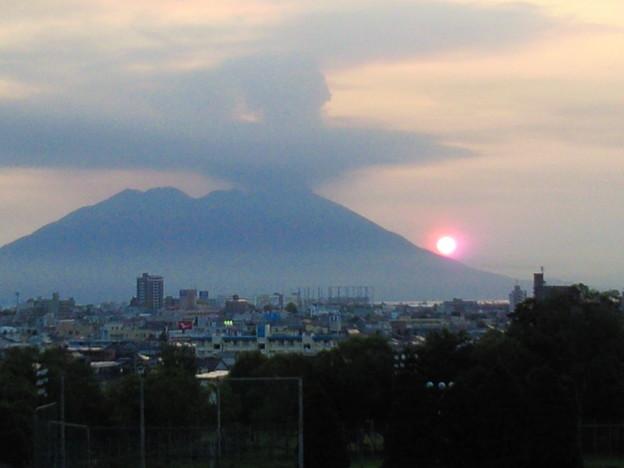 赤く輝く桜島からの朝日