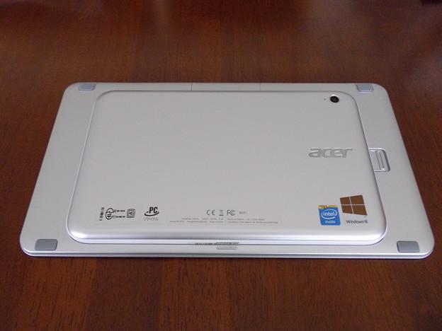 Iconia W3-810背面 本体と専用キーボード