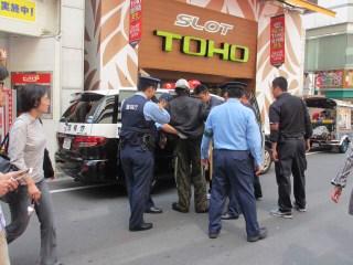 Photos: 警察に連行されるの図。  ...