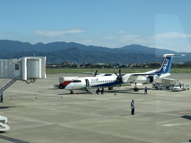 松山空港での全日空プロペラ機