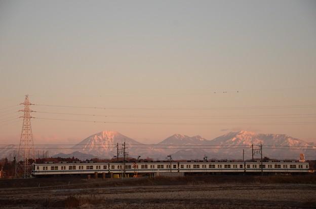 朝陽に染まる日光連山を眺めながら♪ 東武宇都宮線8000系 西川田~安塚にて