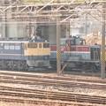 EF65 1104号機とその脇を発車していくDE10 1664号機単253レ