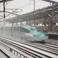 雪の福島駅通過!はやて104号
