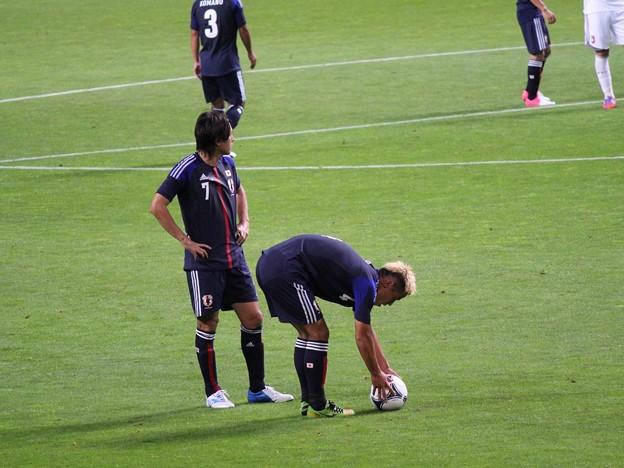 FKのセットをする本田△とヤットさん。
