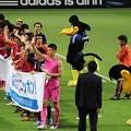 Photos: サポーターに挨拶する日本代表の皆さん。カララもペコリ。