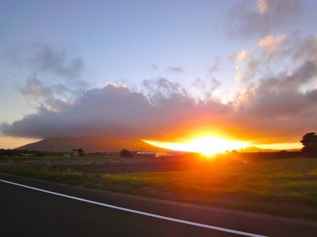 開聞岳と傘雲と夕陽