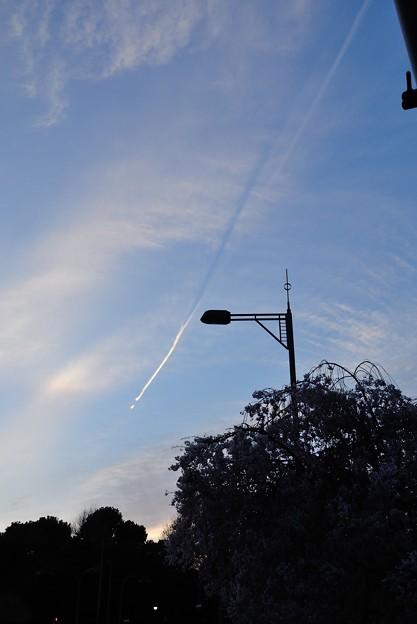 春風になびく飛行機雲