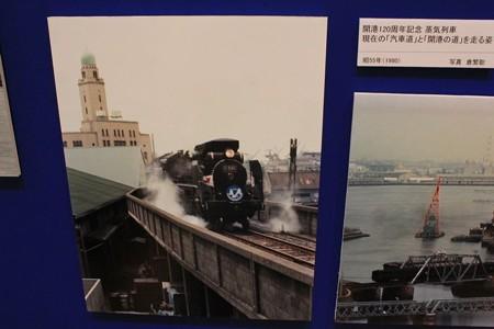 クイーンの塔の隣に汽車。汽車道にほんとに走っていたんだ。
