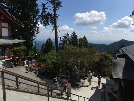 神社のところが御岳山山頂です。ヤッホー3-6
