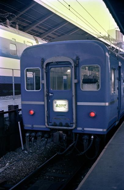 0053 あさかぜ1号最後尾オハネフ25_100と0系新幹線
