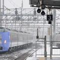 039 白石駅を通過する特急とかちと到着する普通列車