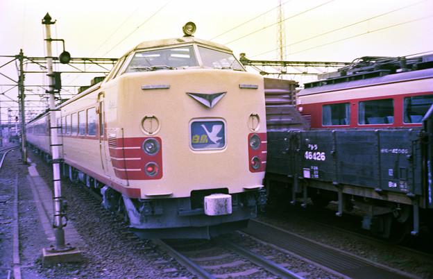青森へ向けて金沢を後にする特急白鳥485系13連