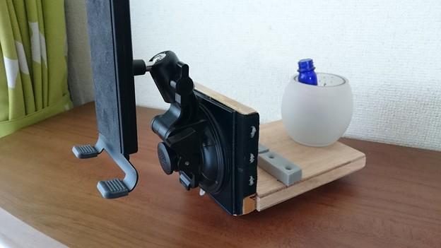 03 タブレットホルダーの固定(グラスは撮影用の重し)