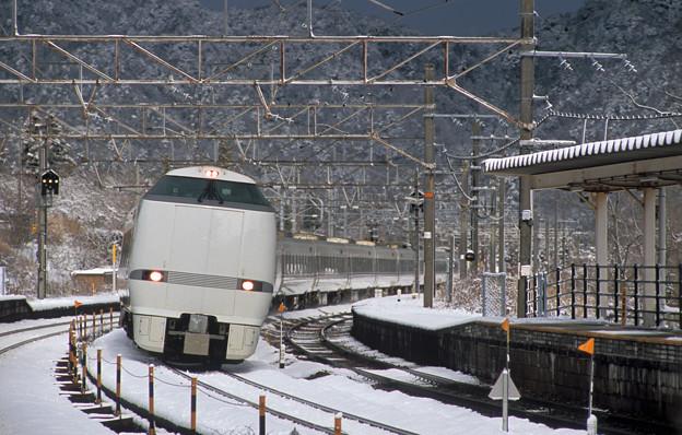 雪の新疋田駅を通過する上りサンダーバード