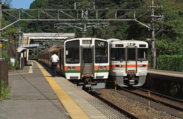 【ネガ】出発前の211系と発車した313系