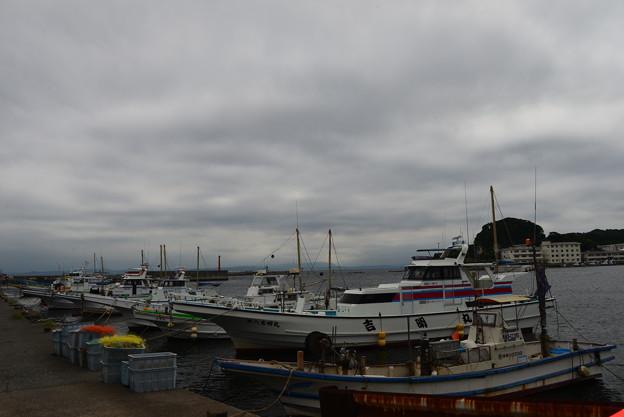 写真: 曇天の漁港