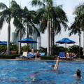 ホテルのプールでリラックス(1)