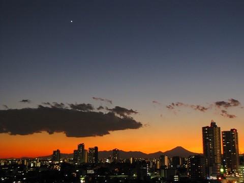一番星と夕焼け(2013年12月12日17:11撮影、さいたま市浦和区にて)