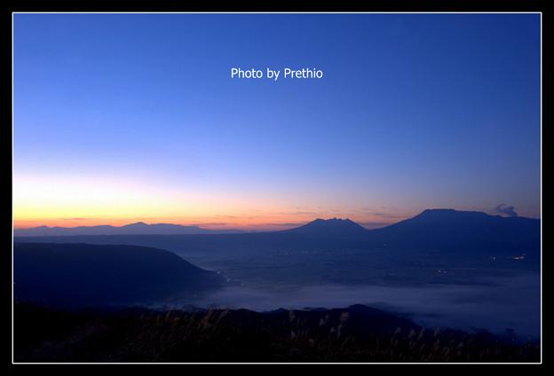 写真: 阿蘇 大観峰の夜明