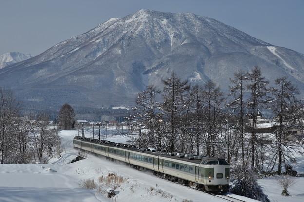 黒姫山を背に