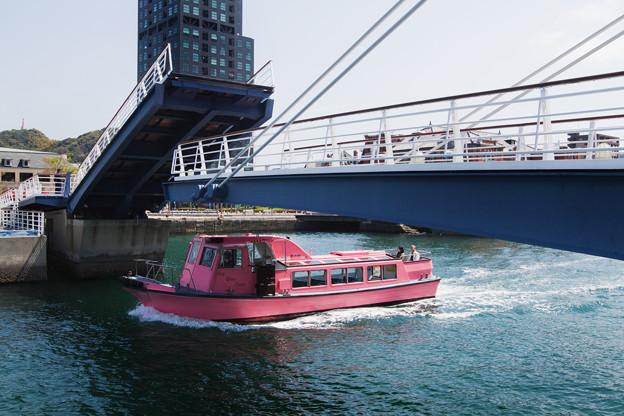 跳ね橋と観光船