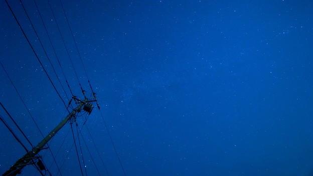 電線と星空