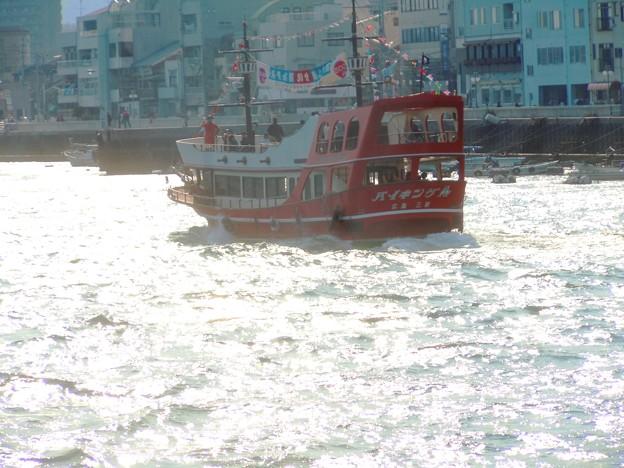 じゃっかん荒れた海をゆく遊覧船