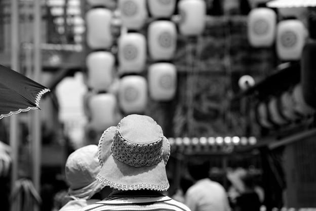 Photos: 祇園祭 菊水鉾 ピンクの帽子 モノクロ