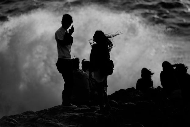 Photos: 東尋坊 荒れ狂う春の波の前で