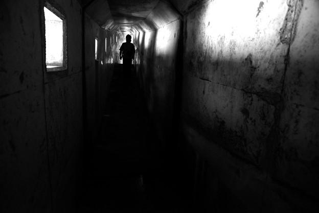 黒部 暗い通路 モノクロ