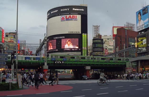 金曜日、7時前の新宿大ガード