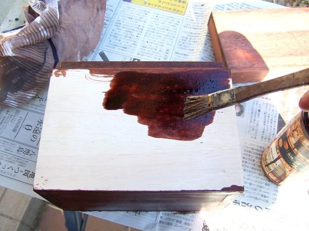 箱の外側を塗る