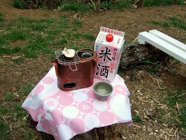 桜の下に燗銅壺を設置
