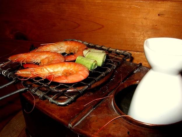 燗銅壺でエビ焼き