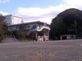 鎌倉市立山崎小学校。