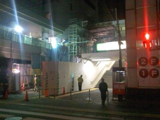 深夜の大船駅前。