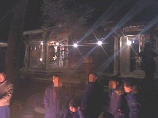焚き火を囲んで(熊野神社)。