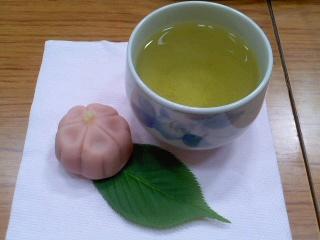 桜のお茶、菓子(小袋谷いきいきサロン)。