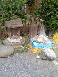 石碑(馬頭観音)の前にゴミ(鎌倉市今泉)