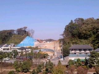 山をバックリ、宅地造成(11月18日)