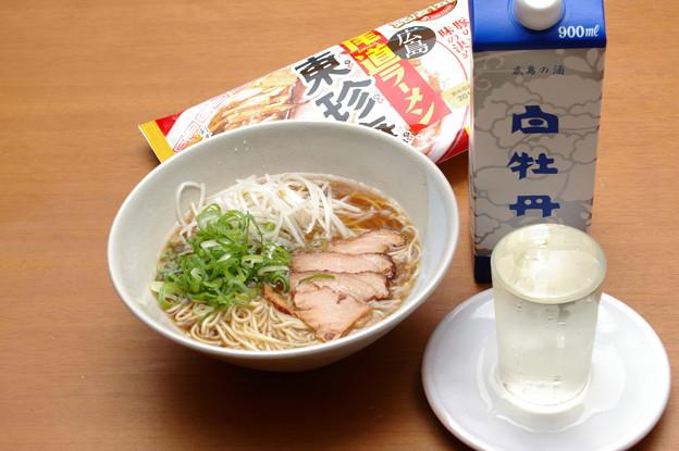 IMGP9654東広島市、白牡丹広島の酒青パックと東珍康の袋ラーメン