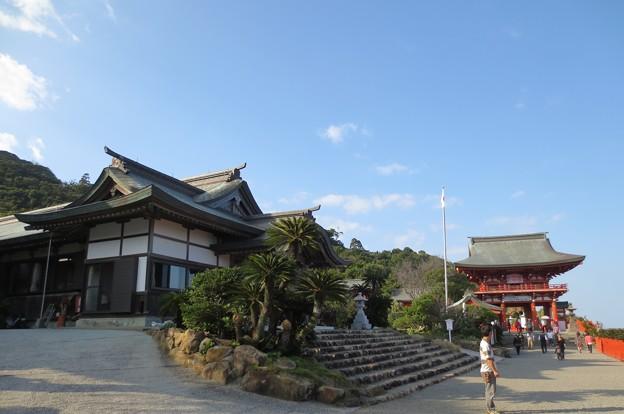 鵜戸神宮楼門と社務所