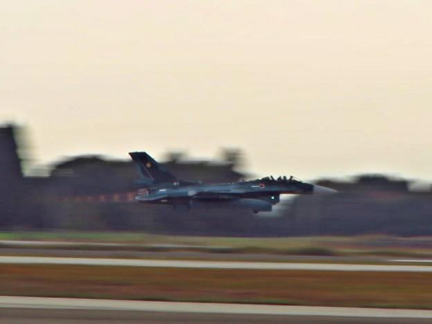 離陸するF-2